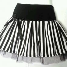 Короткая юбка в черно-белую полоску